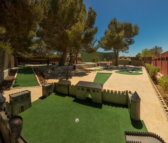 Mini-golf au Club 'La Marina' Parc de Vacances Magic Robin Hood Alfas del Pi